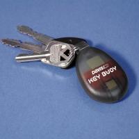 Llavero Flotante Autoinflable Key Buoy - El ingenioso llavero Key Buoy™ se abre y libera un flotador autohinchable al entrar en contacto con el agua para impedir que las llaves de la embarcación o pequeñas herramientas se hundan para siempre.