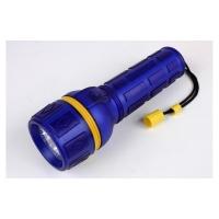 Linterna Estanca 5 Led Topomarine - Función de Morse. Cuerpo ABS y revestimiento de caucho translúcido color azul..   Estanca a las salpicaduras..   Alimentación: 2 pilas LR20 no incluidas..   Duración de la batería: 30 horas.   Peso: 185 gramos (vacío).   Dimensiones: 200 mm x 66 mm de diámetro
