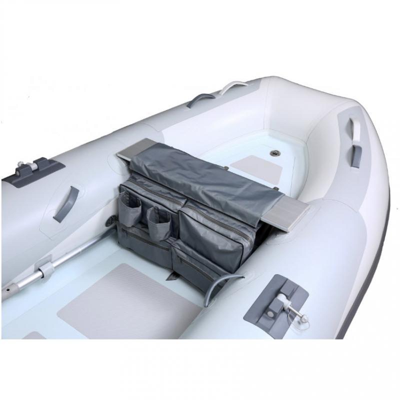 Bolsa de estiba para Neumáticas con Compartimentos - Dimensiones: 66 cm de largo (longitud del asiento) x 23 cm de ancho (profundidad del asiento) x 38 cm de alto. Material PVC. Asiento con espuma para que sea mas confortable.