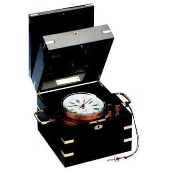 Cronómetro de Precisión - Esfera de 96 mm Ø con numeración romana, en cofre de caoba barnizado, con tapa de cristal y ciega de apertura superior por bisagra. Con asas de latón pulido en ambos lados.