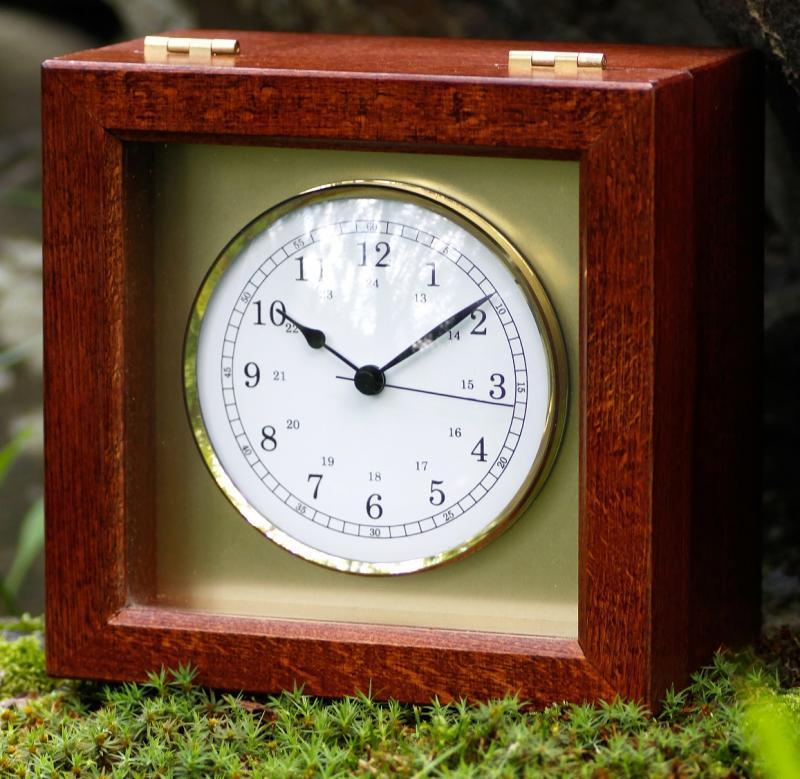 Marine Chronometer Quartz - Cronómetro Marino - Esfera de 100 mm Ø con numeración árabe, en cofre de caoba barnizado, con tapa de cristal de apertura superior por bisagra.Medidas de la Caja 160 x 160 x 90 mm