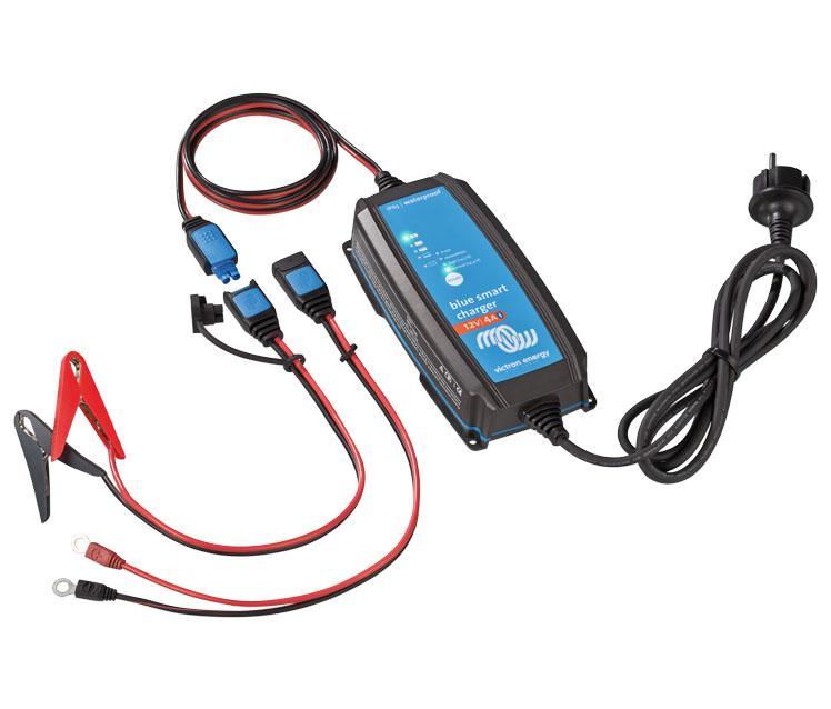 Cargador de Baterías Victron Blue Smart IP65 Charger 12V / 4/5/7/10/15A + Conector DC - El cargador Blue Smart IP65 12V es el nuevo cargador de baterías profesional con Bluetooth integrado. También se incluye el conector de corriente continua (conector DC). El cargador Blue Smart IP65 puede usarse en dispositivos tanto en su taller como en vehículos a motor, como en coches (clásicos), motocicletas, barcos y autocaravanas.