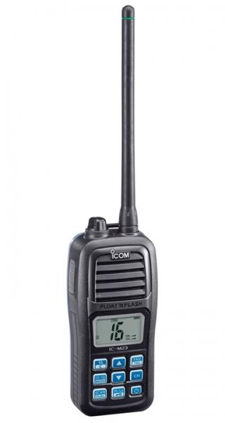 Radiotelefono VHF marino portatil ICOM IC-M23  (Homologado Norma IPX7) - Resistencia al agua grado IPX7 (30 minutos a 1 metro de profundidad).   El Radiotelefono VHF marino portatil ICOM IC-M23 flota y le permite saber dónde está con la función flash.  ¡La radio parpadea en el agua, incluso estando apagada!